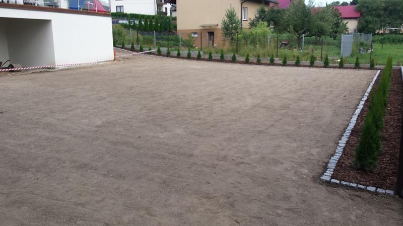 przygotowana-ziemia-na-trawnik