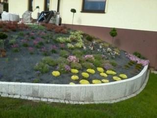 przygotowany ogródek na wzgórzu